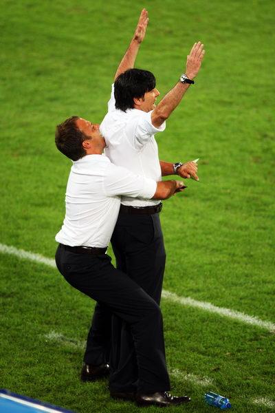 图文:德国3-2土耳其 把勒夫举起来