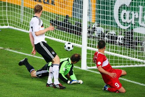 图文:德国3-2土耳其 皮球缓慢入网