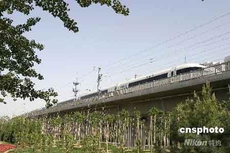 资料图:2008年5月30日,一列动车在京津城际铁路北京城区的线路上运行测试。 中新社发 鲁谷 摄