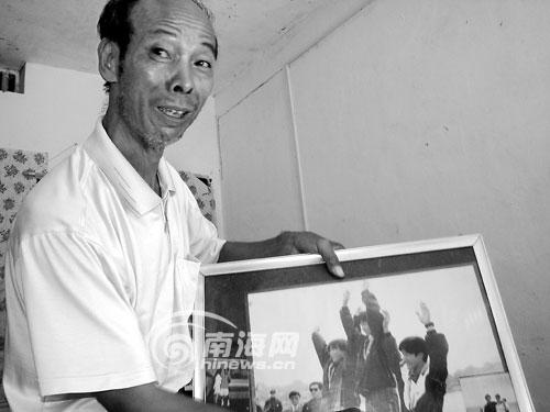 王伟东父亲王银炎说起儿子的成绩,感到很自豪。海南日报记者孙乐明 摄