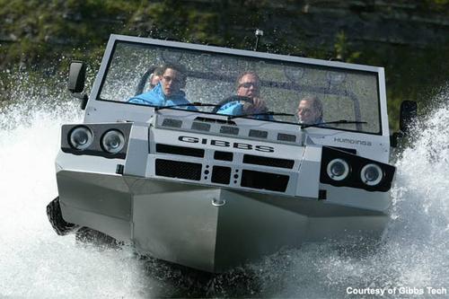 Humdinga 4*4四驱动两栖车从陆地模式转变成水上模式只需要12秒钟