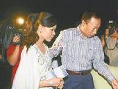 图:郭台铭携准新娘曾馨莹看演唱会