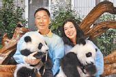 图:郭台铭和女友曾馨莹昨抱着熊猫公开合影