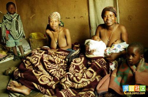 马利布赫(右)抱着自己和女儿刚生的孩子