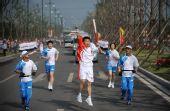 图文:奥运圣火在太原传递 孙晓明高高跃起