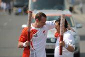 图文:奥运圣火在太原传递 两人交接