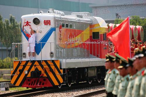 6月26日,奥运火炬手王立新手持火炬传递。当日,北京奥运圣火在山西太原传递。