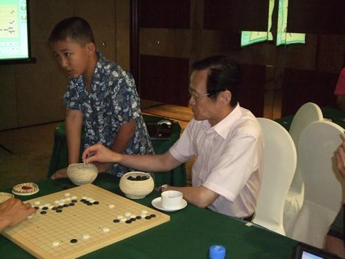 图文:倡棋杯刘星领先孔杰 陈祖德九段在摆棋