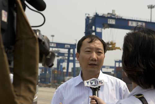 港口负责人接受记者采访
