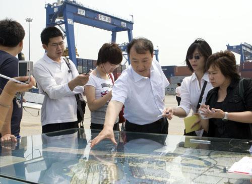 港口负责人向记者介绍情况