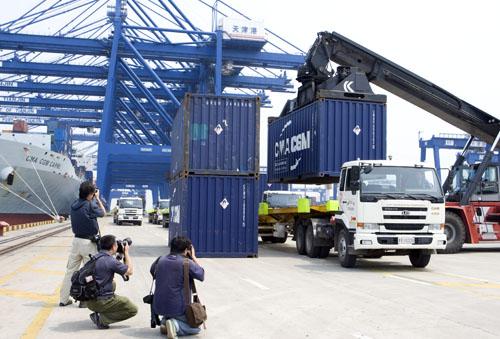 港口集装箱的装卸引起了摄影记者们的高度兴趣