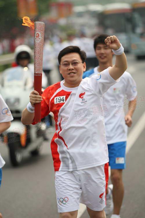 图文:圣火上海首日传递 194棒火炬手传递祥云