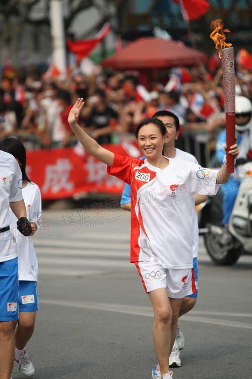 图文:圣火上海首日传递 200棒火炬手传递祥云