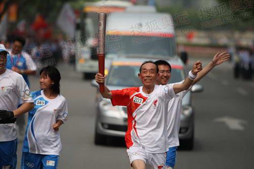 图文:圣火上海首日传递 203棒火炬手传递祥云