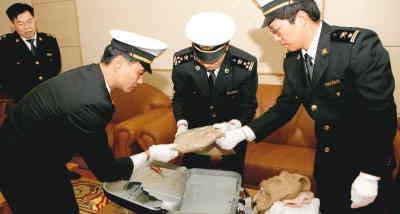 汕头海关查获一起外籍旅客涉嫌走私毒品进境案件,缴获海洛因3千克。