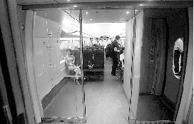 车厢与车厢衔接处改成了玻璃门。