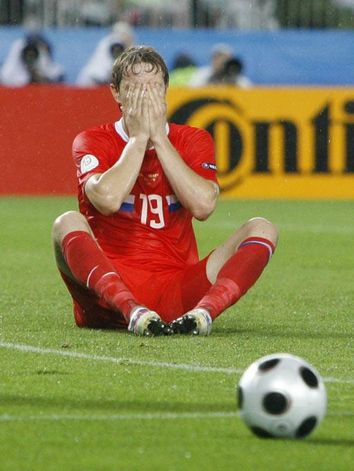 图文:[欧洲杯]西班牙VS俄罗斯 帕夫柳琴科掩面