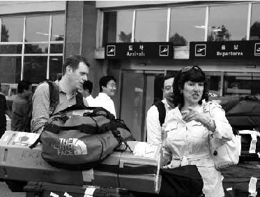 26日,美国有线电视新闻网(CNN)的记者抵达朝鲜首都平壤顺安国际机场,准备对朝鲜炸毁宁边地区核设施冷却塔进行报道。 新华社发