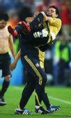 图文:俄罗斯0-3西班牙 功臣哈维被举起来
