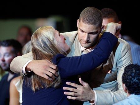 图文:[NBA]08NBA选秀 布鲁克拥抱