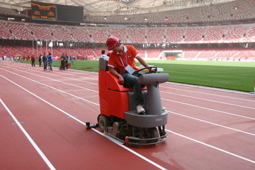 图文:北京奥运会主会场鸟巢 工人在清洗跑道