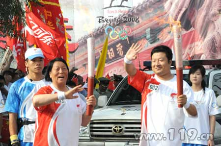 李静将奥运火种传递给了全国人大代表申纪兰
