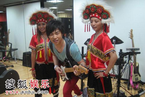 在和二位原住民女舞者演唱《高山青》
