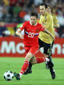图文:俄罗斯0-3西班牙 带球突破