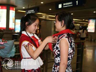 彭州小学生为英模周汝兰系上红领巾