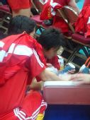 图文:香港站女排赛前训练 张娴为队友装冰袋
