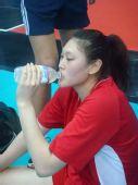 图文:香港站女排赛前训练 王一梅场外喝水