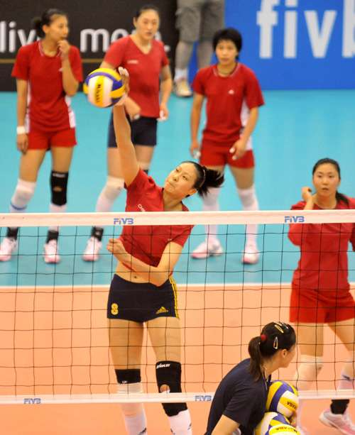 复出后首次在香港比赛,赵蕊蕊(左)将是今晚中国对古巴的焦点(本报摄)