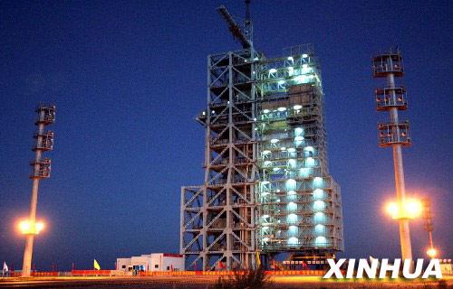 """这是中国酒泉卫星发射中心。从1999年到2005年,已经5次成功放飞神舟飞船的发射塔,静静地期待着几天后又一声""""惊天轰响""""。这是地处大漠戈壁深处的中国酒泉卫星发射中心,世界大型载人航天发射场之一。 新华社记者赵建伟摄"""