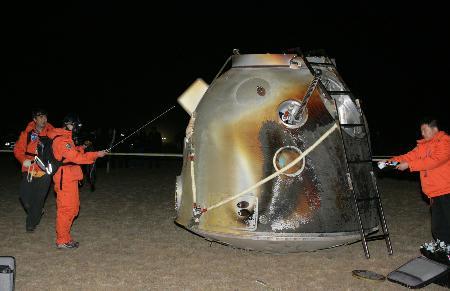 2005年10月17日4时33分,神舟六号返回舱在内蒙古四子王旗中部草原成功着陆。 新华社记者王建民摄