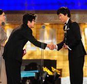 颁奖:金尹锡祝贺刘俊尚获得最佳男配角奖
