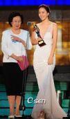 颁奖:韩艺瑟称想都没想到会获新人女演员奖