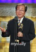 颁奖:刘东勋获得最佳功劳奖
