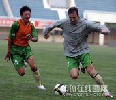 图文:[中超]深足备战河南 对抗训练