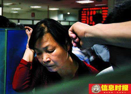刚有所回升的市场又受打击,投资者颇感无奈。时报记者 杜翠 摄