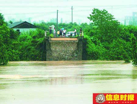 已经坍塌的方石桥对岸。时报记者郑启文 摄