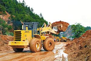 车道被大面积山泥覆盖。