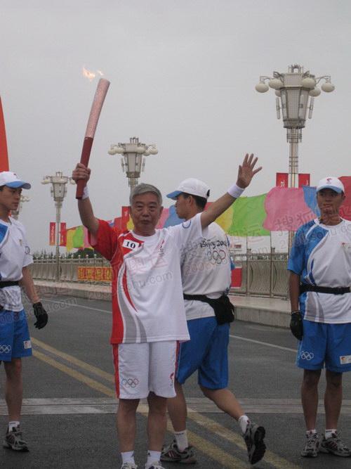 航天城传递的第二阶段——神舟友谊大桥的第一棒火炬手、整个传递活动的第十棒火炬手、汪德源在传递圣火