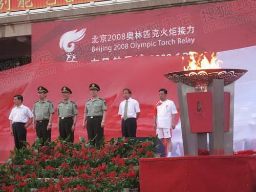 航天城党委书记刘克仁点燃圣火盆