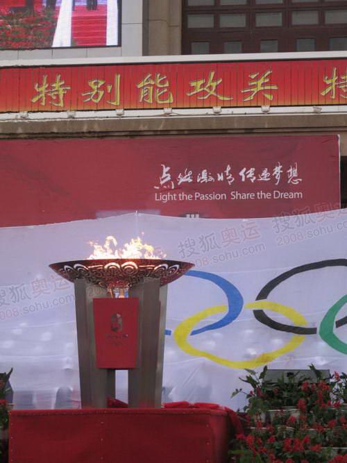 圣火盆在航天城东风广场前熊熊燃烧