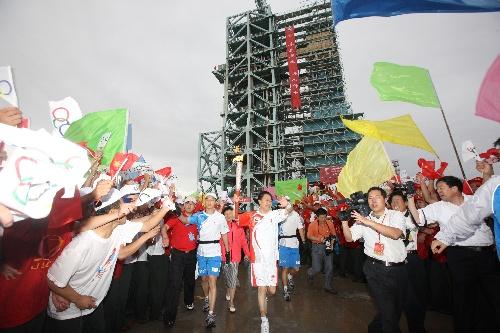 6月28日,火炬手王永志手持火炬传递。当日,北京奥运圣火在东风航天城传递。 新华社记者李刚摄
