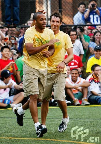 图文:纳什纽约足球慈善赛 亨利很高兴