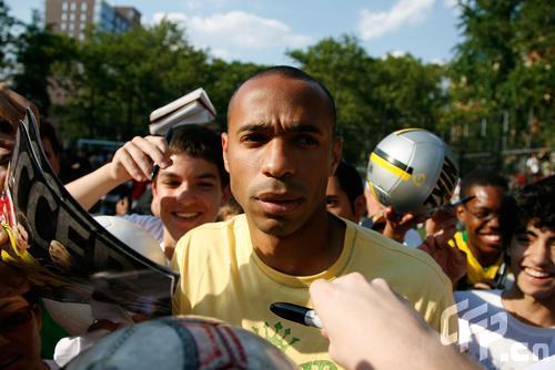 图文:纳什纽约足球慈善赛 亨利接受采访
