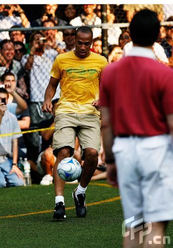图文:纳什纽约足球慈善赛 亨利玩耍