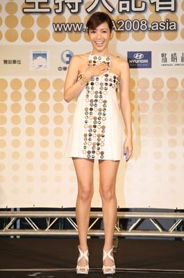 侯佩岑穿白色小短裙亮相