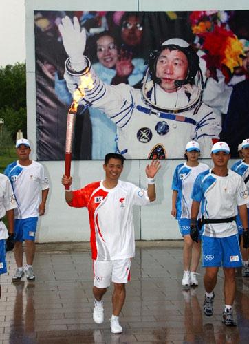6月28日,火炬手聂海胜手持火炬传递。当日,北京奥运圣火在东风航天城传递。 新华社记者李刚摄